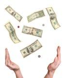 Mani che raggiungono fuori ai soldi che cadono dal cielo Fotografia Stock