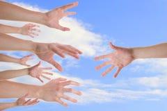 Mani che raggiungono per una mano amica Fotografia Stock Libera da Diritti