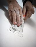 Mani che raschiano vernice Fotografie Stock Libere da Diritti