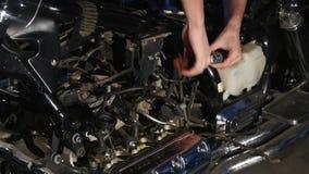Mani che riparano il motociclo Primo piano del colpo stock footage