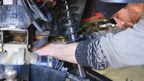 Mani che riparano il motociclo Primo piano del colpo video d archivio