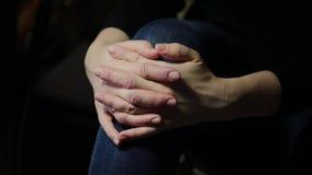 mani che riposano sulle ginocchia stock footage