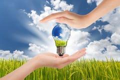 Mani che risparmiano energia verde Fotografia Stock