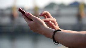 Mani che scrivono Sms a macchina sul telefono archivi video