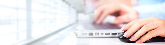 Mani che scrivono sul computer portatile del computer Immagine Stock Libera da Diritti
