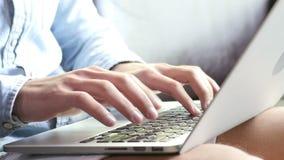 Mani che scrivono sulla tastiera del computer portatile