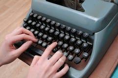 Mani che scrivono sulla vecchia macchina da scrivere Fotografia Stock Libera da Diritti