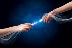 Mani che si collegano tramite le dita nello spazio Fotografia Stock Libera da Diritti