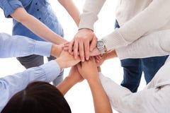 Mani che si trovano su a vicenda Immagine Stock