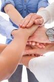 Mani che si trovano su a vicenda Fotografia Stock Libera da Diritti