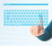 Mani che spingono tastiera virtuale immagini stock
