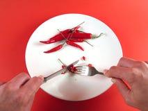 Mani che tagliano peperoncino rosso (serie) immagini stock