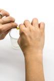 Mani che tagliato medicina e polvere bianca in capsula immagine stock libera da diritti