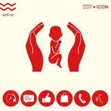 Mani che tengono bambino, simbolo di protezione Immagini Stock