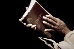 Mani che tengono bibbia fotografia stock libera da diritti