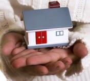 Mani che tengono casa Fotografia Stock Libera da Diritti