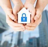 Mani che tengono casa di carta con la serratura Immagini Stock Libere da Diritti