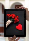 Mani che tengono compressa con il giorno di biglietti di S. Valentino delle immagini Fotografie Stock