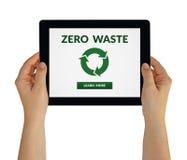Mani che tengono compressa con zero concetti residui sullo schermo Fotografia Stock Libera da Diritti