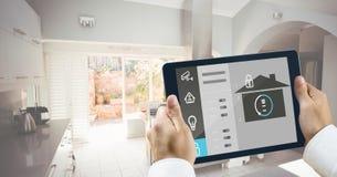 Mani che tengono compressa digitale con le icone di sicurezza domestica Immagine Stock Libera da Diritti