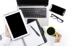 Mani che tengono compressa digitale e caffè Immagine Stock