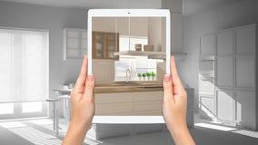 Mani che tengono compressa che mostra cucina bianca e di legno moderna, fondo in bianco totale di progetto, concetto aumentato di illustrazione vettoriale