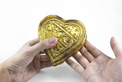Mani che tengono cuore dorato Fotografia Stock Libera da Diritti