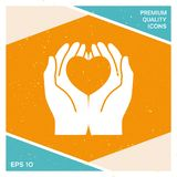 Mani che tengono cuore - simbolo di protezione Fotografia Stock Libera da Diritti