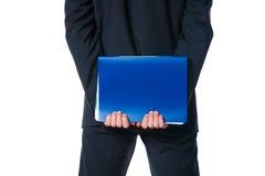 Mani che tengono dispositivo di piegatura blu con il documento Fotografie Stock