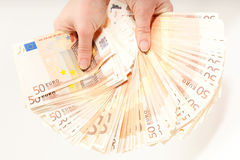 Mani che tengono euro 5000 in banconote Immagine Stock