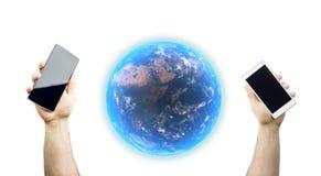 Mani che tengono gli Smartphones con la rappresentazione 3D del globo realistico del pianeta della terra Immagine Stock Libera da Diritti
