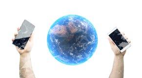 Mani che tengono gli Smartphones con la rappresentazione 3D del globo realistico del pianeta della terra Fotografia Stock