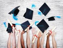 Mani che tengono i diplomi e che gettano i cappelli Immagine Stock Libera da Diritti