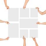 Mani che tengono i fogli bianchi della forma di carta fotografie stock libere da diritti