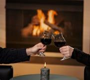 Mani che tengono i glas di vino Immagini Stock