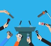 mani che tengono i microfoni Fotografia Stock Libera da Diritti