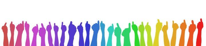 Mani che tengono i pollici su nei colori dell'arcobaleno Immagini Stock Libere da Diritti