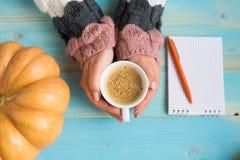 Mani che tengono il caffè della tazza Immagini Stock Libere da Diritti