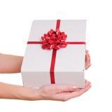 Mani che tengono il contenitore di regalo Fotografia Stock Libera da Diritti