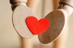 Mani che tengono il cuore dei biglietti di S. Valentino Fotografia Stock