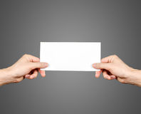 Mani che tengono il libretto in bianco dell'opuscolo nella mano Presentazione dell'opuscolo Fotografia Stock Libera da Diritti