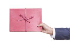 mani che tengono il libro rosso del diario. Immagine Stock