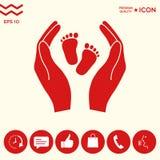 Mani che tengono il piede del bambino - simbolo di protezione Fotografie Stock