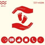 Mani che tengono il piede del bambino, simbolo di protezione Fotografia Stock Libera da Diritti