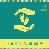 Mani che tengono il piede del bambino, simbolo di protezione Immagini Stock