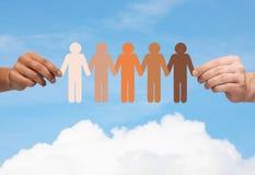 Mani che tengono la gente multirazziale a catena della carta Fotografia Stock Libera da Diritti