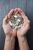 Mani che tengono le chiavi chiave Fotografie Stock