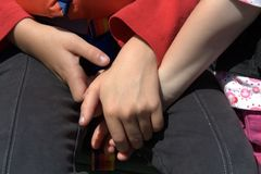 mani che tengono le sorelle Fotografia Stock