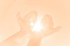 Mani che tengono luce Fotografia Stock Libera da Diritti
