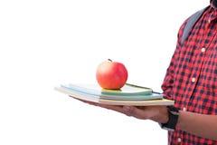 Mani che tengono mela rossa con il libro, isolato su bianco Fotografie Stock